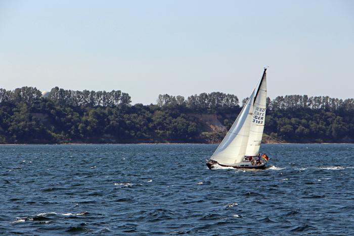 Segelboot vor der Küste, Ostsee