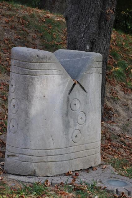 Sandomierz - aleja szachowa przedstawiająca wczesnośredniowieczne szachy odnalezione w Sandomierzu
