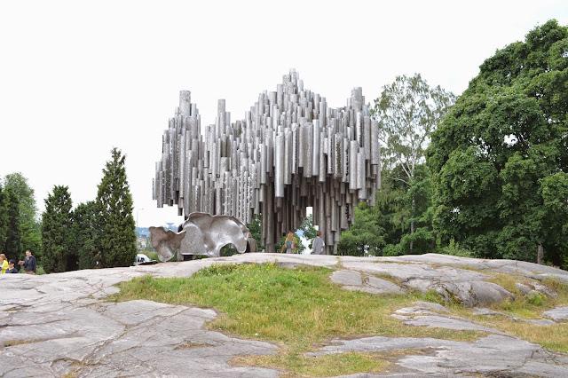 Borulardan yapılmış Sibelus parkı ve içindeki Sibelus anıtı