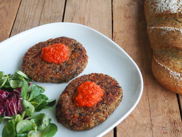Hamburguesa vegetal elaborada con lentejas, quinoa, zanahoria, cebolleta y pimiento. Proteína vegetal 100%.