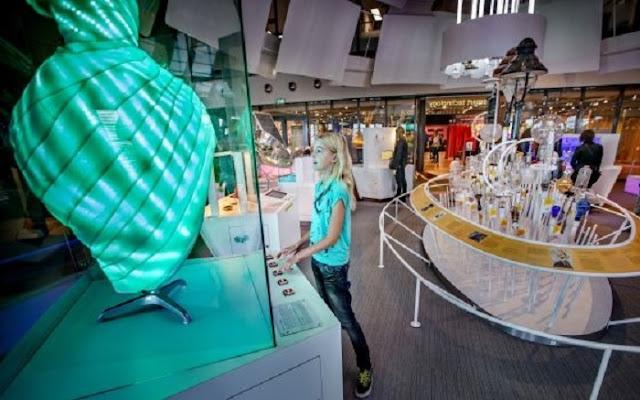 Crianças no Museu de Ciências Nemo em Amsterdã