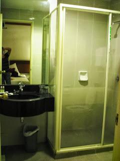 Oxford Hotel Singapore bathroom photo