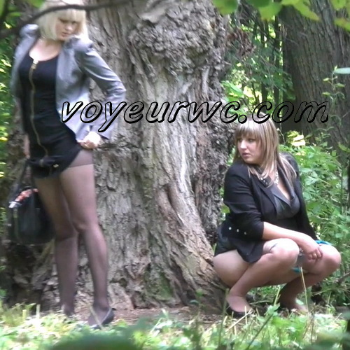 Wedding guest filming these babes taking a piss in the woods (Wedding Pissing Park 05)