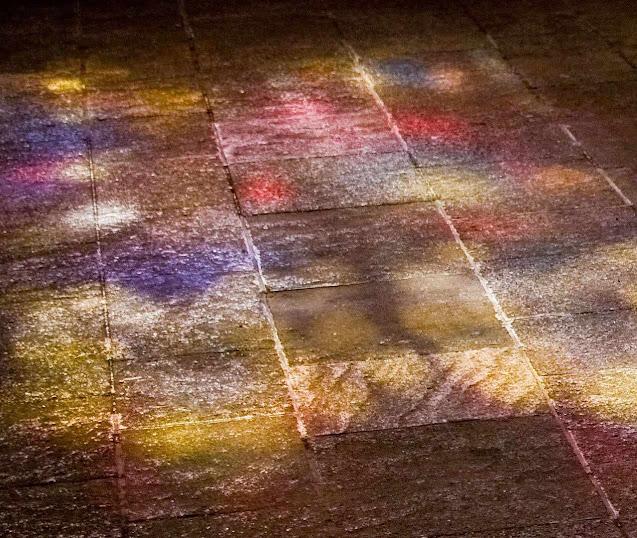 Luz de um vitral batendo na pedra do chão