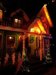Casa do Papai Noel, na Praça João Correa, em Canela. Visão noturna.