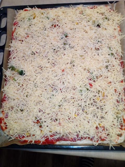 pizza xxl pizza na grubym ciescie pizza na puszystym ciescie ciasto na pizze pizza z szynka pizza z warzywami pizza z wedzonym serem