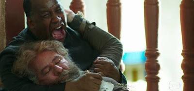 Padre Ramiro (Ailton Graça) na cena em que encontrou o corpo de Feliciano (Leopoldo Pacheco)