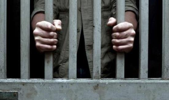 قضى 18 عاما في السجن بتهمة قتل رجل لا يزال على قيد الحياة!