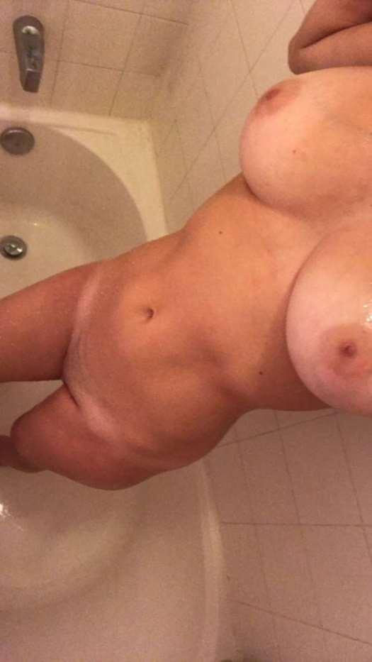 foto bugil cewek bule toket gede mengkal suka narsis selfie sambil telanjang pamer pantat lebar dan bokong semok