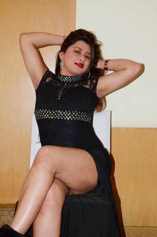 Farah Khan Mind Blowing Inner Thigh Show In Black Slit Gown