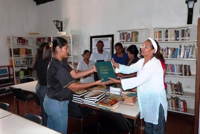 Fundacion-Nilecta-Toyo-dona-libros-a-biblioteca-y-uttiles-escolares-a-estudiantes-de-La-Villa