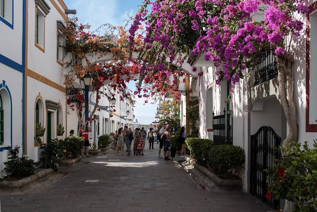 Puerto Mogán – bílé domy v centru porostlé rozkvetlými popínavými rostlinami