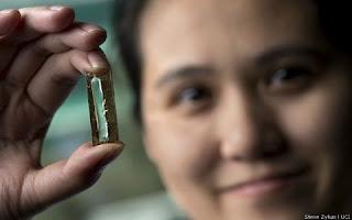 Especialistas da Universidade da Califórnia, m Irvine, fizeram essa descoberta incrível por acidente, enquanto tentavam substituir o lítio líquido das baterias por uma opção mais segura. Foi então que eles encontraram essa variante muito mais duradoura, que é 400 vezes mais eficiente que qualquer outra atual.
