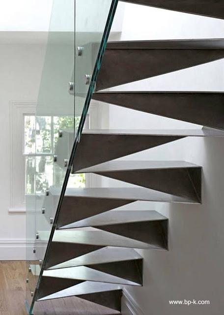Escalera de metal plegado con perfil moderno