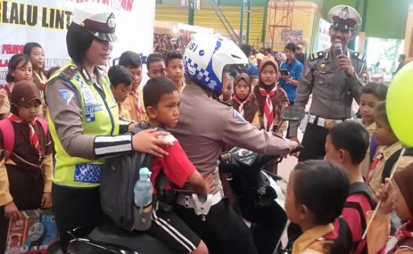 Satlantas Polres Sragen Ajari Anak SD Pakai Helm yang benar