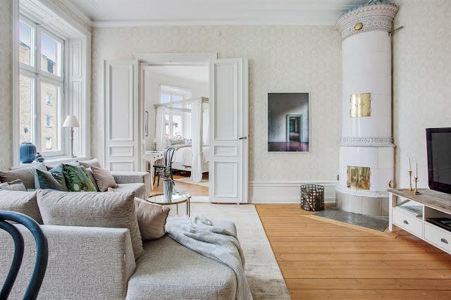 Pat cu baldachin și detalii clasice, feminine într-un apartament de 71 m²