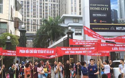 Cư dân xuống đường phản đối chủ đầu tư Văn Phú