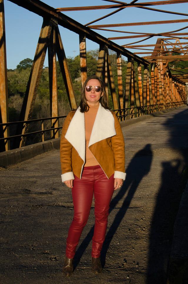 skinny vermelha de couro e casaco de camurça
