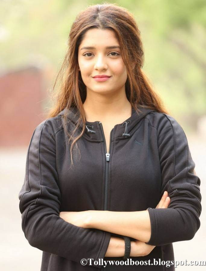 Beautiful Punjabi Girl Ritika Singh Stills In Blue Top Jeans