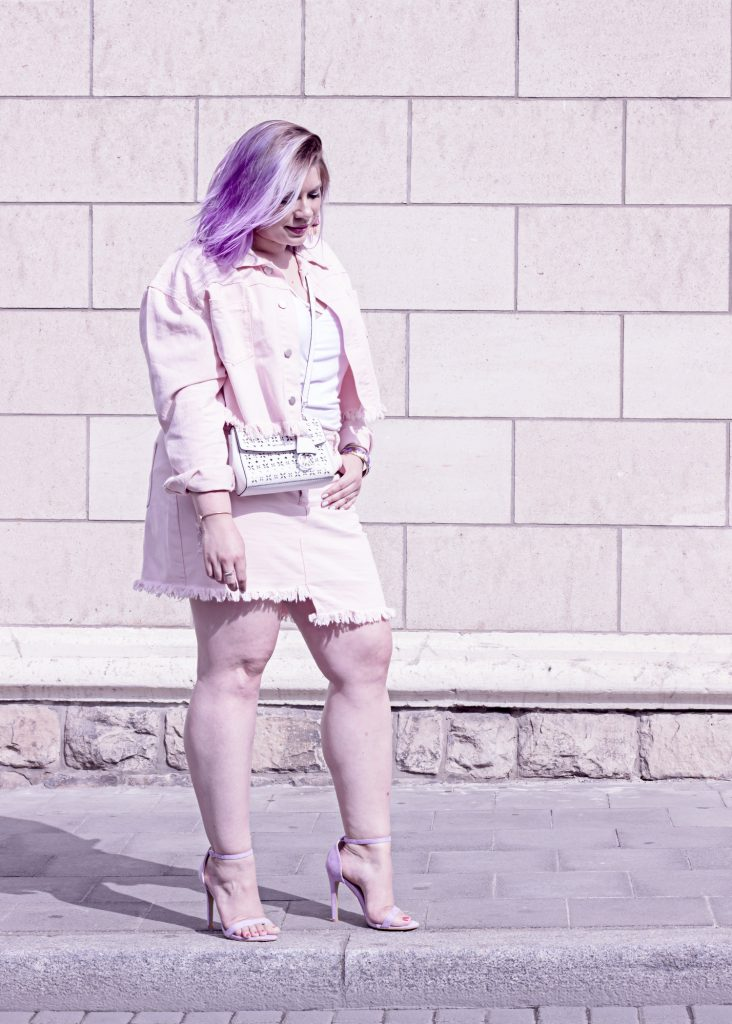 http://missesviolet.com/fashion-curvy-spring-look-me-my-legs-i-with-pink-denim-from-in-the-style-curve/