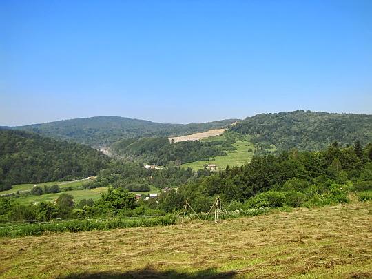 Chyrowa (694 m n.p.m.) i Kielanowska Góra (558 m n.p.m.) z wyrobiskiem kamieniołomu