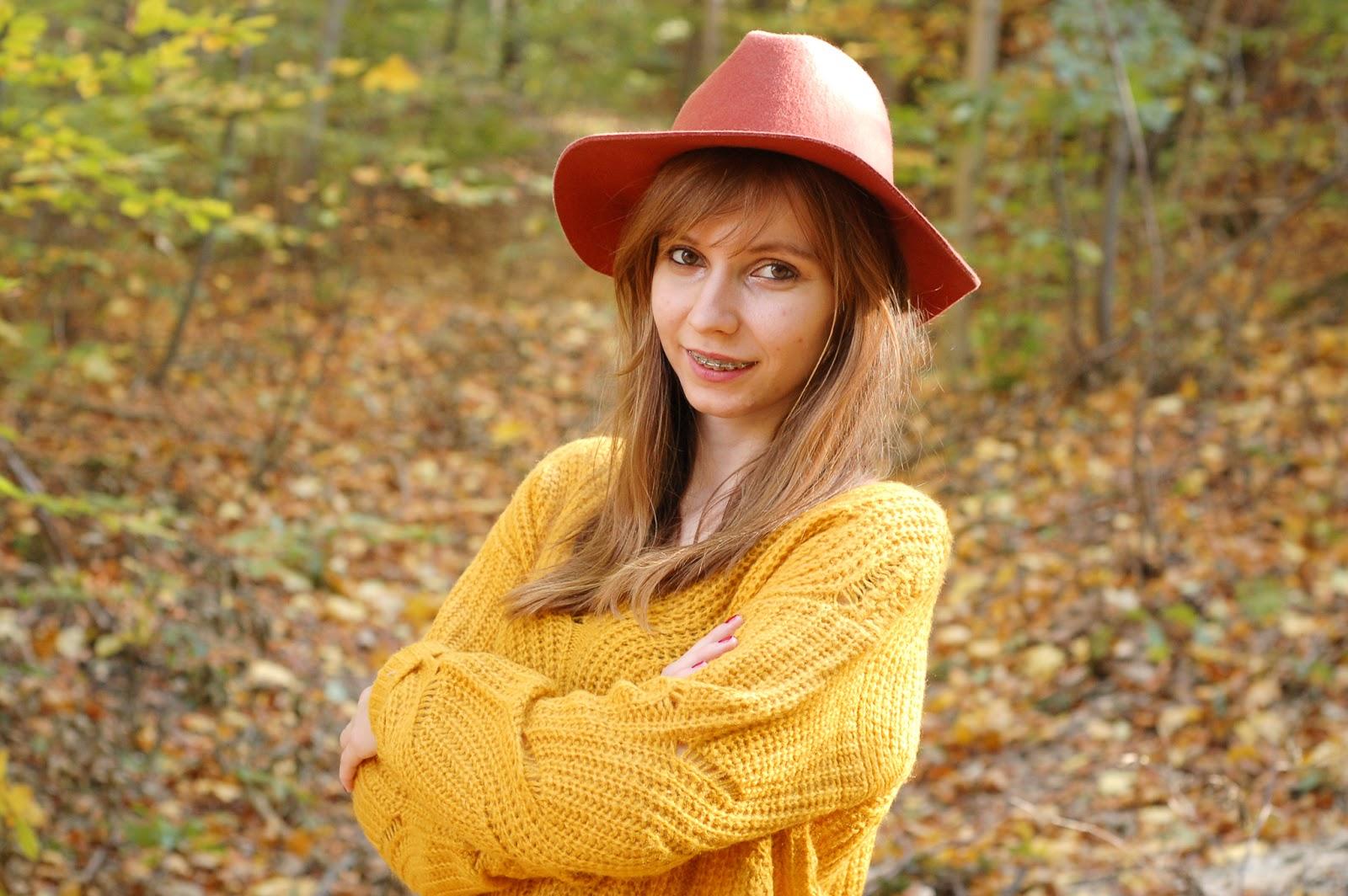 Jesienna stylizacja z żółtym swetrem | BONPRIX