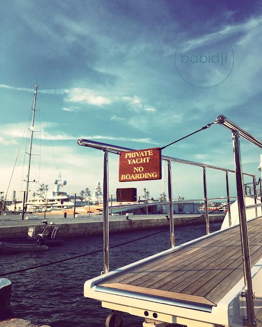 Pancarte no boarding à l'entrée d'un pont qui mène à un yacht sur le port d'Ibiza