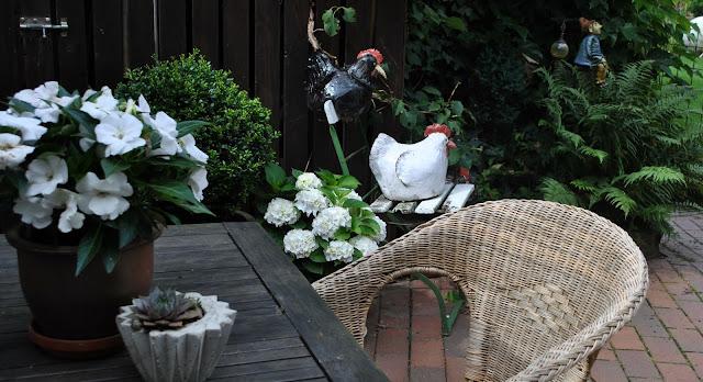 Gartensitzplatz mit weißen Blüten