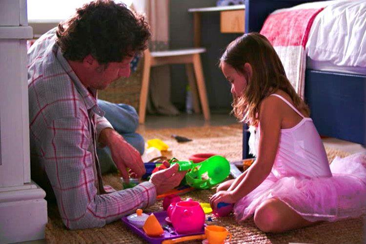 Baba kızın oyun oynaması gayet olağandır ve çoğu babanın yaptığı bir şeydir.