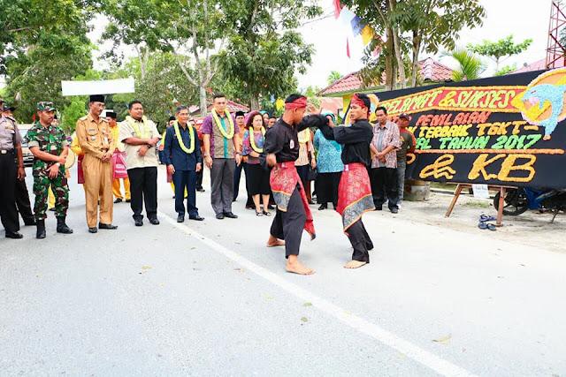 Rombongan Penilai kecamatan terbaik di Sumut disambut pencak silat.