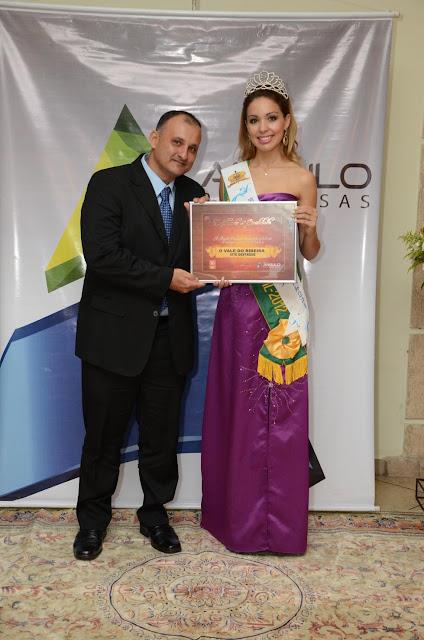 """Recebi o prêmio """"Site Destaque de 2013"""" das mãos da Miss Brasil Turismo Vanessa Crippa"""