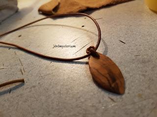 Feuille d'olivier taillée dans de l'olivier avec collier en cuir