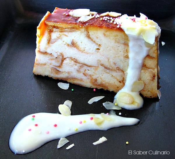 Pudin casero de leche merengada con salsa de chocolate blanco