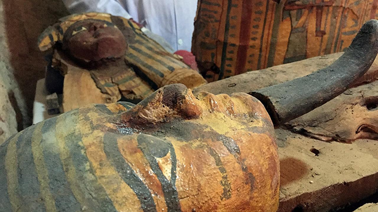 Descubren ocho momias intactas en la tumba de un antiguo magistrado en Luxor, Egipto