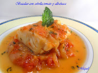 Bacalao con cebolla, tomate y albahaca