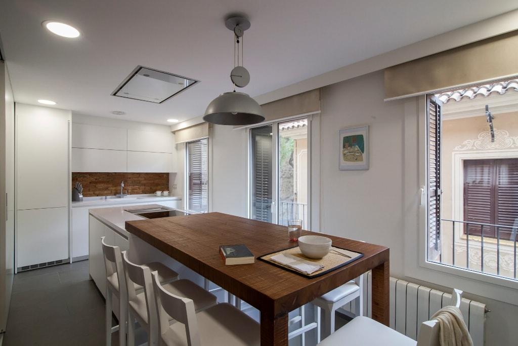 Mesas de madera un complemento ideal para las cocinas blancas cocinas con estilo - Isla de cocina con mesa ...