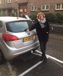Karina met auto