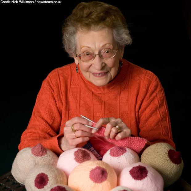 Anciana Tejiendo Pechos de Lana