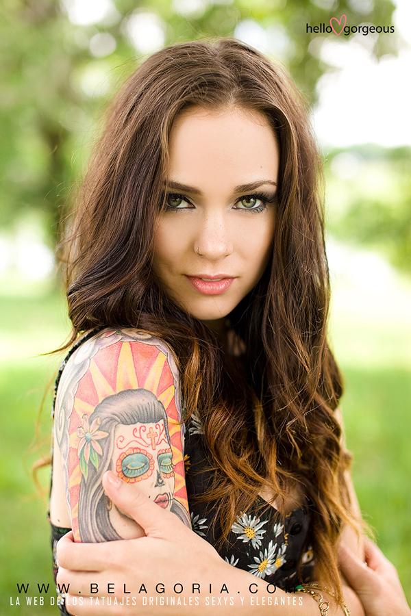 vemos a una espectacular modelo tatuada con tatuajes de catrina en el brazo