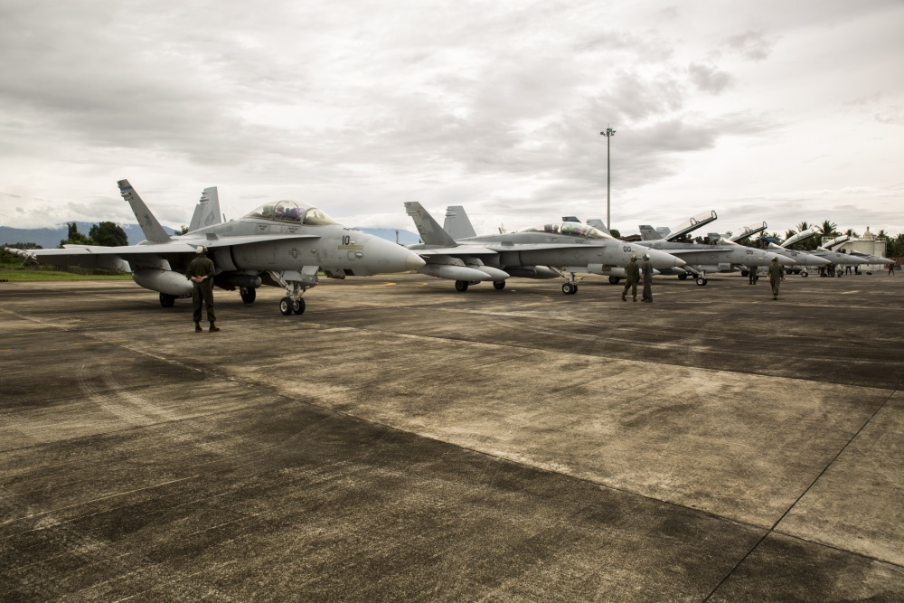 F/A-18D Hornets dari Marine All-Weather Fighter Attack Squadron (VMFA (AW)) 225