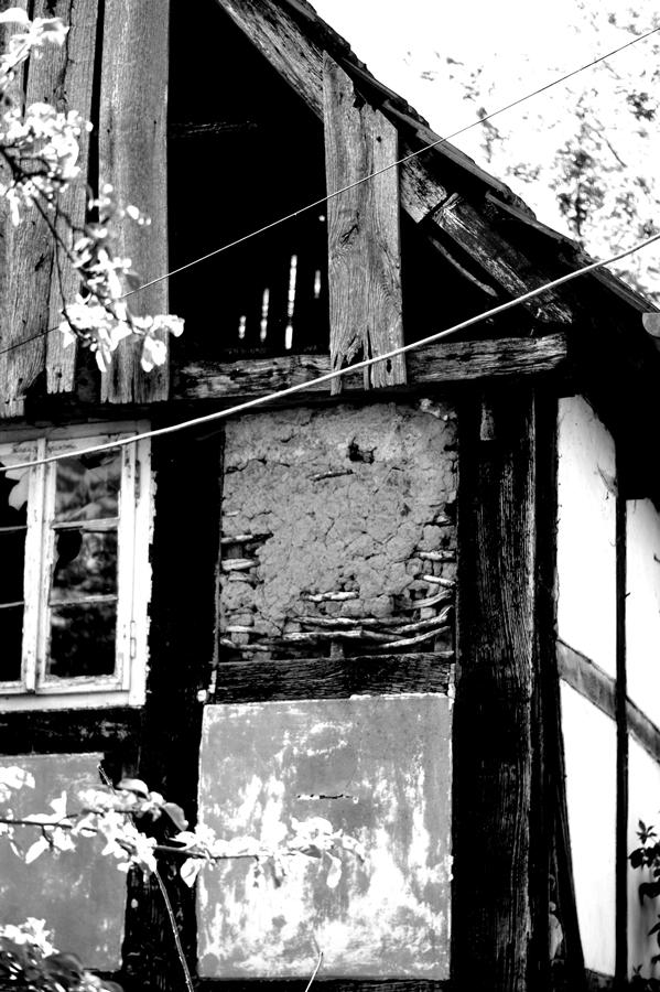 Blog + Fotografie by it's me! | fim.works | SchwarzWeissBlick No 17 | verlassenes Gehöft | Lost Place | fehlende Verschalung vom Giebel