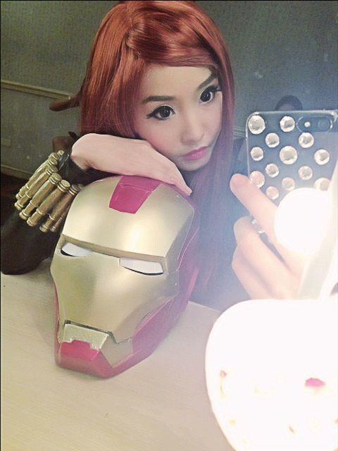 black widow alodia gosiengfiao with iron man helmet 01