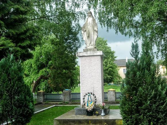 Вигода. Скульптура Пресвятої Богородиці біля школи