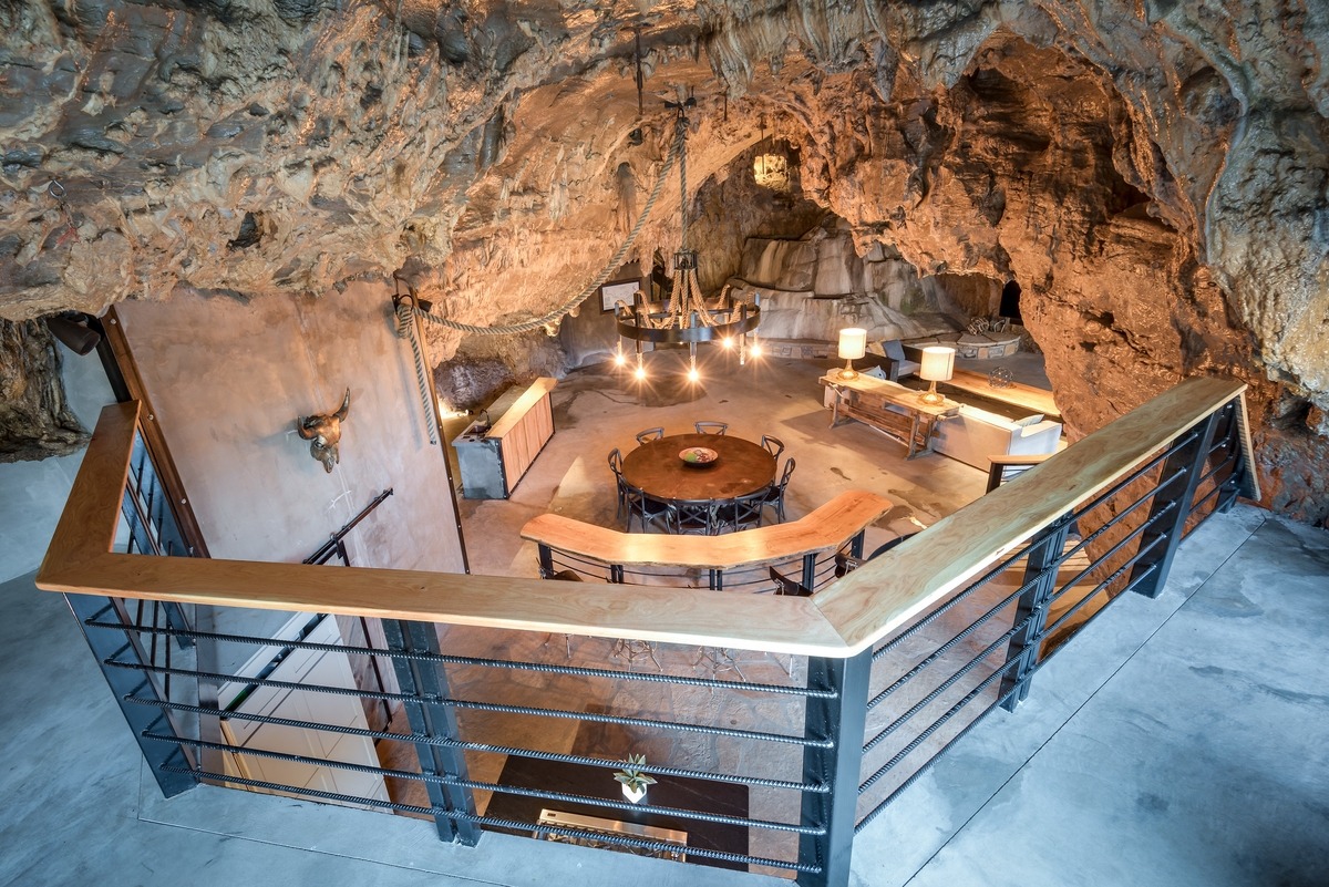 08-The-Beckham-Creek-Cave-Home-in-the-Ozark-Mountains-www-designstack-co