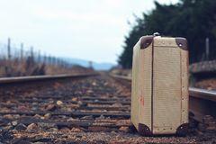 Maleta sobra las vías del tren