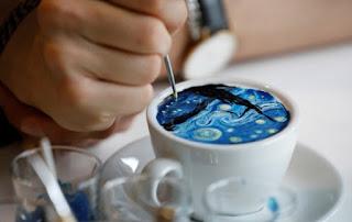 Pintando obras de arte sobre el café