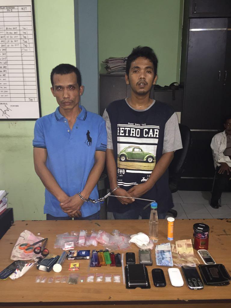 Kedua tersangka dan seluruh barang bukti (barbut) saat diamankan di Mapolres Tanjungbalai.