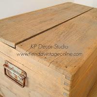 Maleta de madera antigua decapada en color claro tipo vintage.