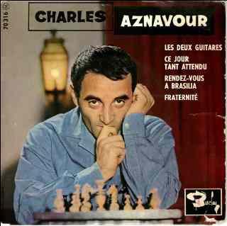 La pochette d'un album de Charles Aznavour devant un échiquier