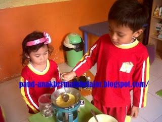 pada aktivitas Pendidikan Anak Usia Dini MENGENAL PENGERTIAN DAN MANFAAT BERMAIN SIMBOLIK PADA ANAK USIA DINI (PAUD)